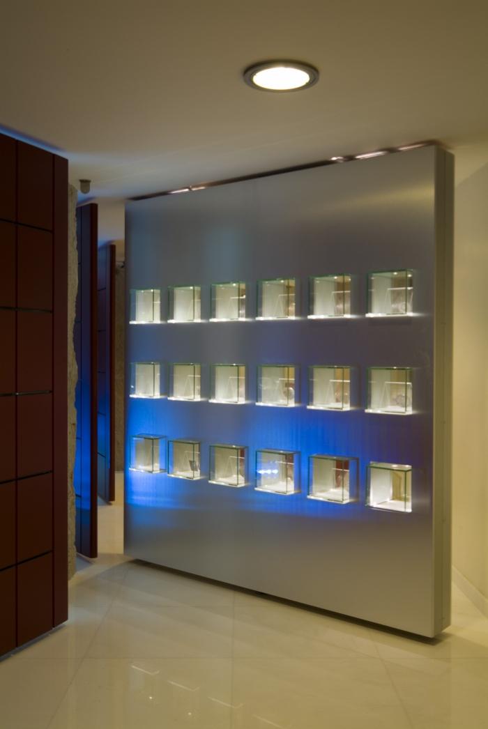 Musée banque Caisse d'Epargne : Vitrine/cloison sur pivots avec eclairage leds intégrés.