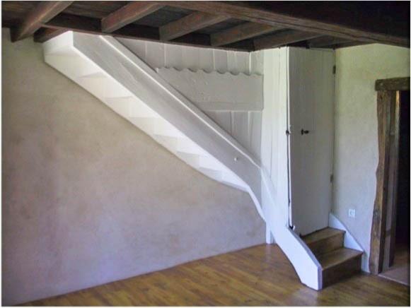 Renovation d 39 une ancienne ferme galerie en g te de for Renovation escalier bois peinture saint denis